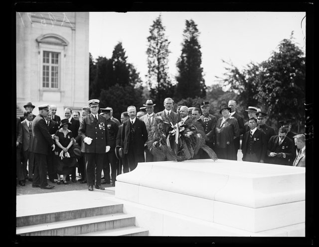 Chiefs from 24 countries in Europe, Asia and North America arrived in Washington today, May 23rd for [...]sit. The police chiefs, who are led by Commissioner [...]ork police, George McDonald, are shown placing a wreath [...] Tomb of the Unknown Soldier at [...]