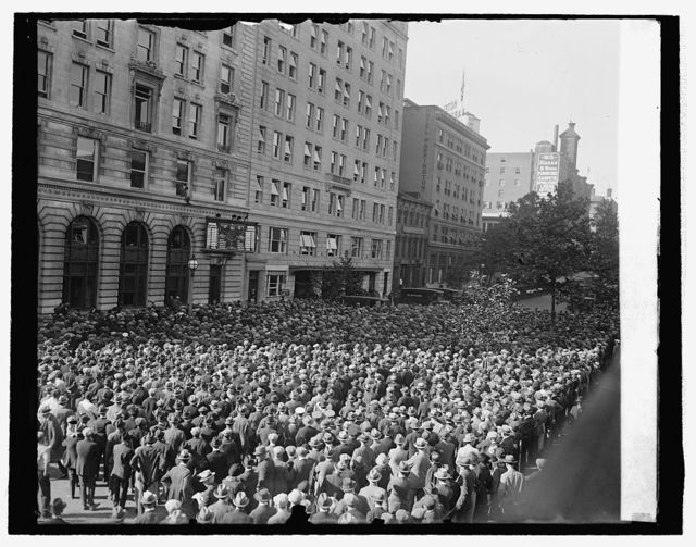 Crowd at star scoreboard World Series, 1925