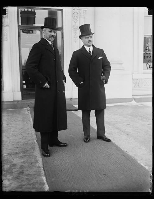 Dr. Otto Wiedfeldt, (left) German a[...] the United States with Assistant Secretary of State [...] Wright, presents his letter of recall to President Co[...] leaving for Germany