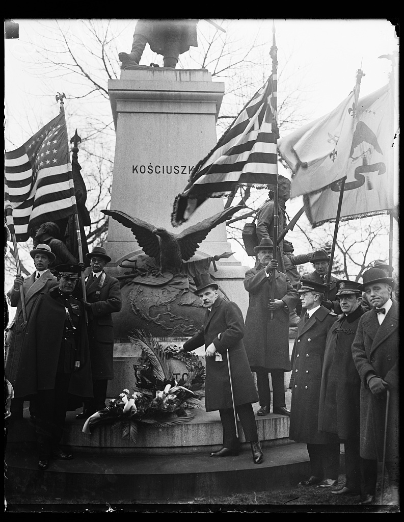 Pay tribute to Revolutionary hero. Dr. Ladislas Wroblewski, Minister from Poland at the base of the statue of Tadeusz Kosciusko, [...] famous Polish-American patriot, on the 178th ann[...] birth, February, 12th. The ceremony was under [...] Sons of the Revolution in the District of Columbia
