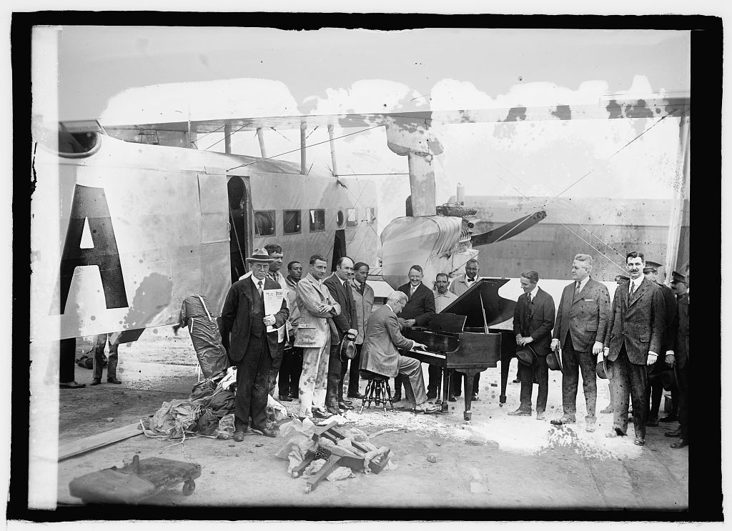 Pianos arrive by airplane at Bowling Field [i.e., Bolling Field, Washington, D.C.], [4/23/25]