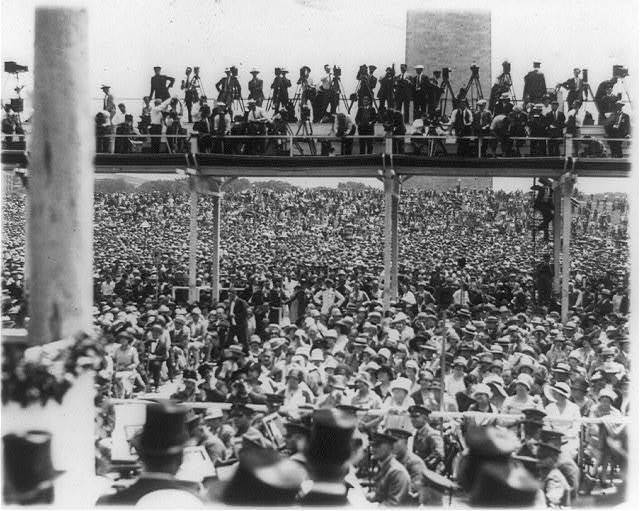 [Crowds assembled at the Washington Monument grounds to welcome Col. Charles Lindbergh, Washington, D.C.]