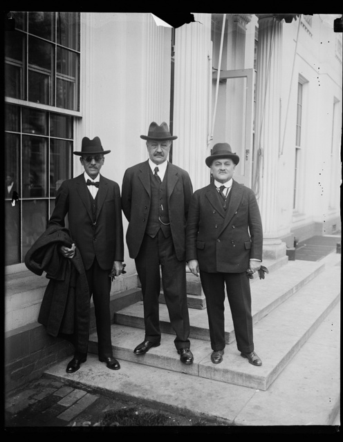 Delegates from Peru and Chile to Tacna-Arica Plebyscite Commission call on President Coolidge. J. Morrow, center, Chairman of the Tacra- Arica Plebiscite on, presented the delegates from Chile and Peru to President Coolidge at the White House today. Louis Resopatron [...] is the left and Col. O.H. Cidonez on the right