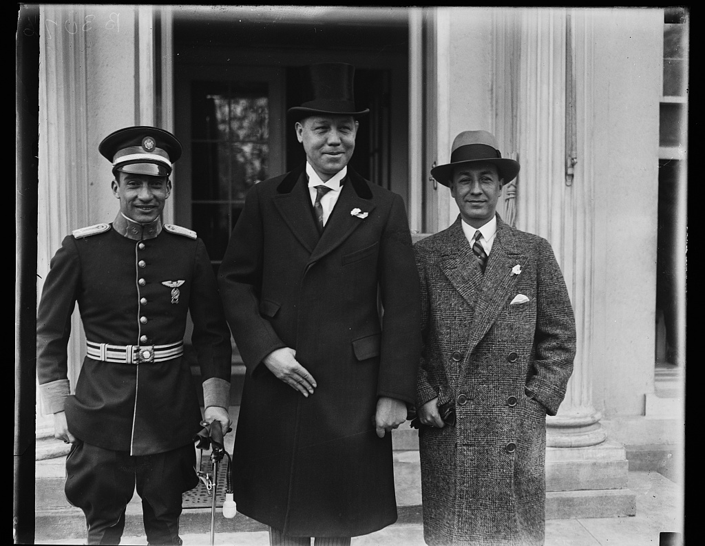 Colombia's Goodwill Flyer is presented to President Coolidge. Lieut. Benjamin Mendes, (left) who is flying from New York to Colombia, was presented to President Coolidge at the White House today by Dr. Enrique Olaya, Colombin Minister to the United States