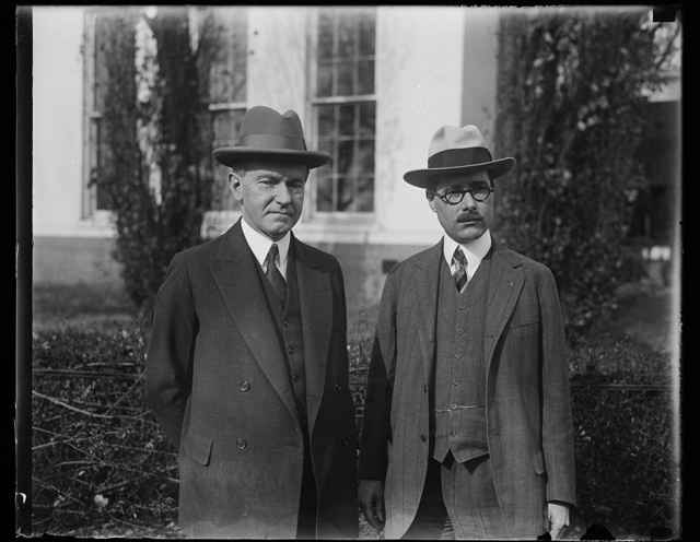 Commander-In-Chief of Veterans of Foreign Wars presents legislative program to president. President Coolidge and Lieut. Eugene P. Carver, Jr., of Boston, Mass., Commander-in-Chief of the Veterans of Foreign Wars, photographed at the White House today shortly after Commander Carver presented the legislative program of the veterans to the President