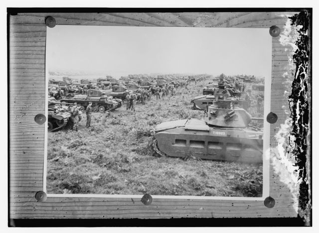 [Copy photgrapho of tanks and soldiers]
