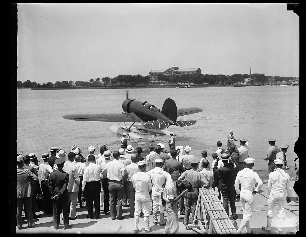 [Aircraft on Potomac River]