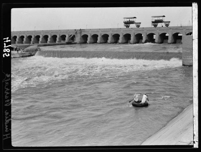 Iraq. Hindiyah Barrage. About 48 miles S.E. of Baghdad. Front view showing fish thieves in their ghuffa
