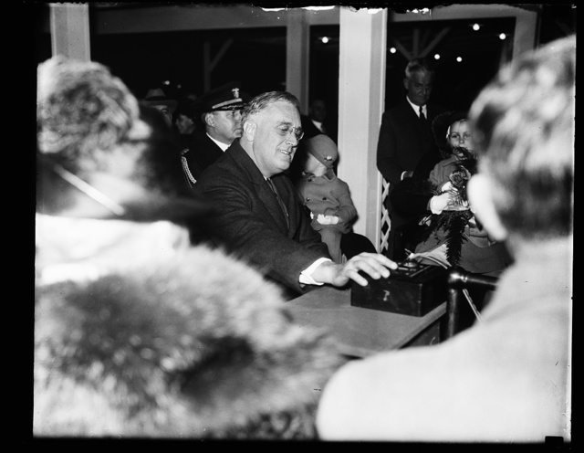 PRESIDENT ROOSEVELT PRESSES BUTTON TO ILLUMINATE X-MAS TREE, 1933
