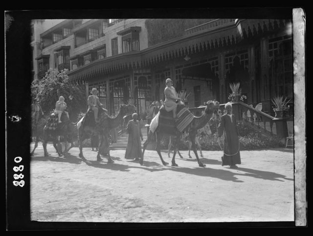 Egypt. Cairo. Hotels. Mena House. Tourist party leaving for a camel ride