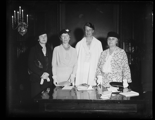 FIRST LADY JOINS IN COMMUNITY CHEST DRIVE. MRS. ROOSEVELT MEETS WITH PROMINENT WOMEN AS THE COMMUNITY CHEST DRIVE GETS UNDERWAY WITH AN ADDRESS OF THE PRESIDENT TO 500 LEADERS. FROM THE LEFT: MRS. MARGARET CULKIN BANNING, DULUTH, MINN.; MRS. NEWTON D. BAKER; MRS. FRANKLIN D. ROOSEVELT; AND MRS. THOMAS A. EDISON