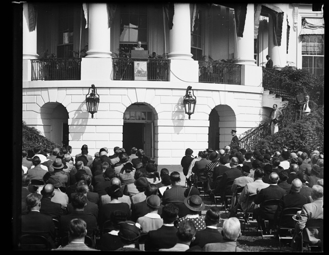 PRESIDENT STARTS CHEST BALL ROLLING. PRESIDENT ROOSEVELT ADDRESSED 500 LEADERS OF THE NATION-WIDE COMMUNITY CHEST CAMPAIGN FOR 1934 AS THEY ASSEMBLED ON THE WHITE HOUSE LAWN