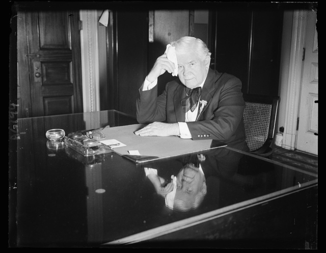 Speaker Rainey clears desk for adjournment of Congress. Speaker Henry F. Rainey mopping his fevered brow after clearing his desk today in anticipation of Congress adjourning tonight or tomorrow. The House is ready to adjourn at any time when it gets the final word from the Senate. 6/18/34
