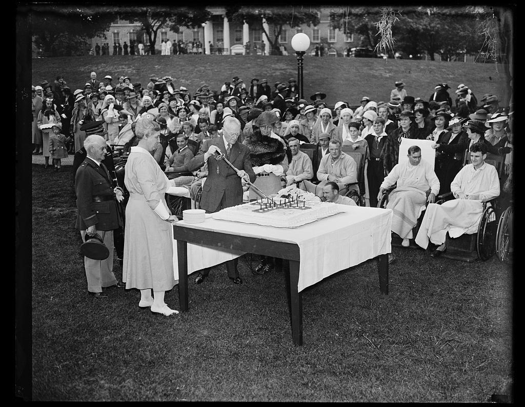 GEN. JOHN J. PERSHING AND MRS. FRANKLIN ROOSEVELT CUT CAKE AT WALTER REED HOSPITAL