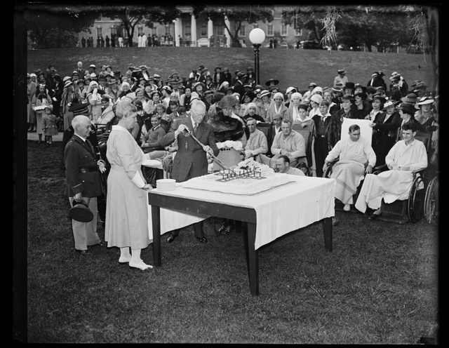 GEN. JOHN J. PERSHING AND MRS. FRANKLIN ROOSEVELT CUT CAKE AT WALTER REED HOSPITAL