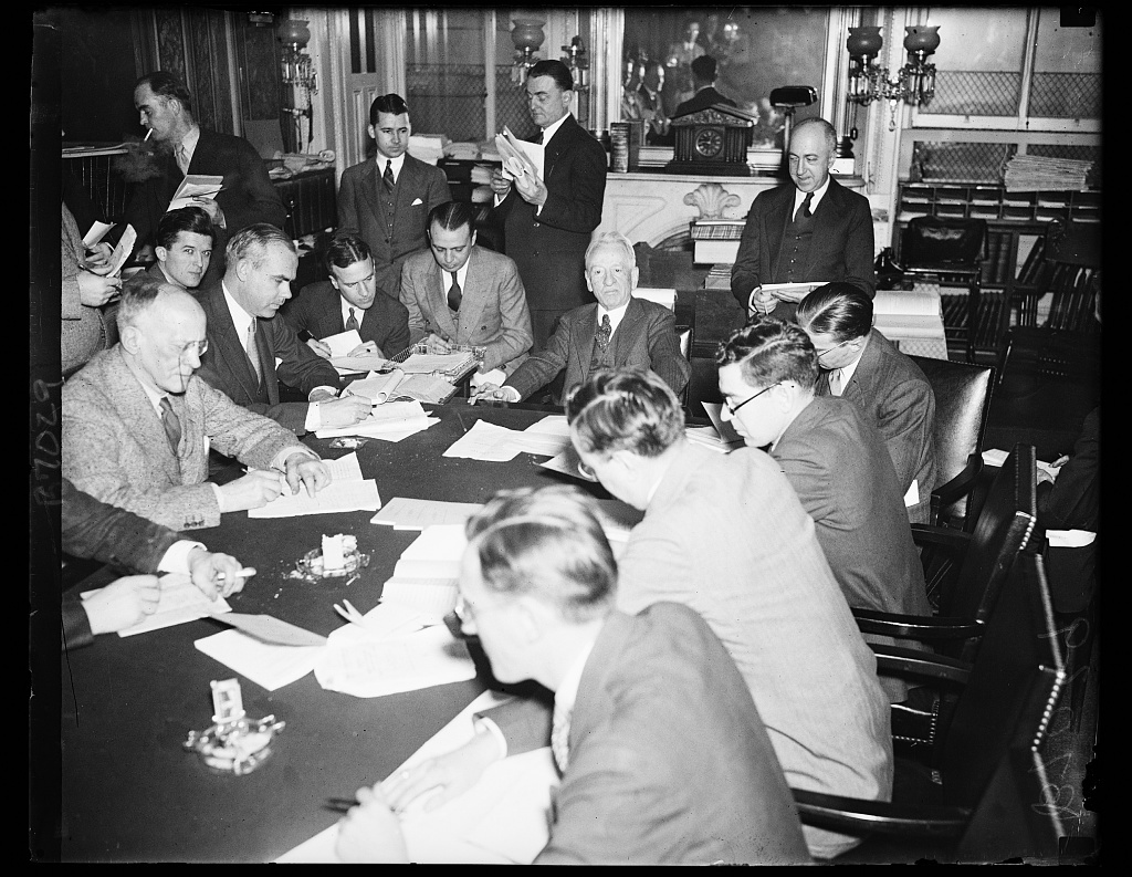 Glass at press conference. Sen. Carter Glass, D. of Va., at end of table, meets with the press to clarify his stand on certain phases of the administration's proposed banking legislation. The Senator Thursday issued a statement saying his attitude has been misinterpreted. 2/8/35