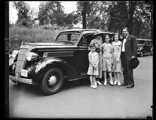 """Goodbye to Congress: Gassoway family leave. Rep. Percy L. Gassaway (D. of Okla) packed up his family Friday and stepped on the gas for Coalgate, Okla. [...] and home. Gassaway decided not to wait for Congress to adjourn. Left to right: Jimmy 7, Mrs. Gassaway, Betty Jane, 10, Betty Jo, 13, and the Cowboy Congressman himself [...] """"Goodbye Washington"""" 7/26/35"""