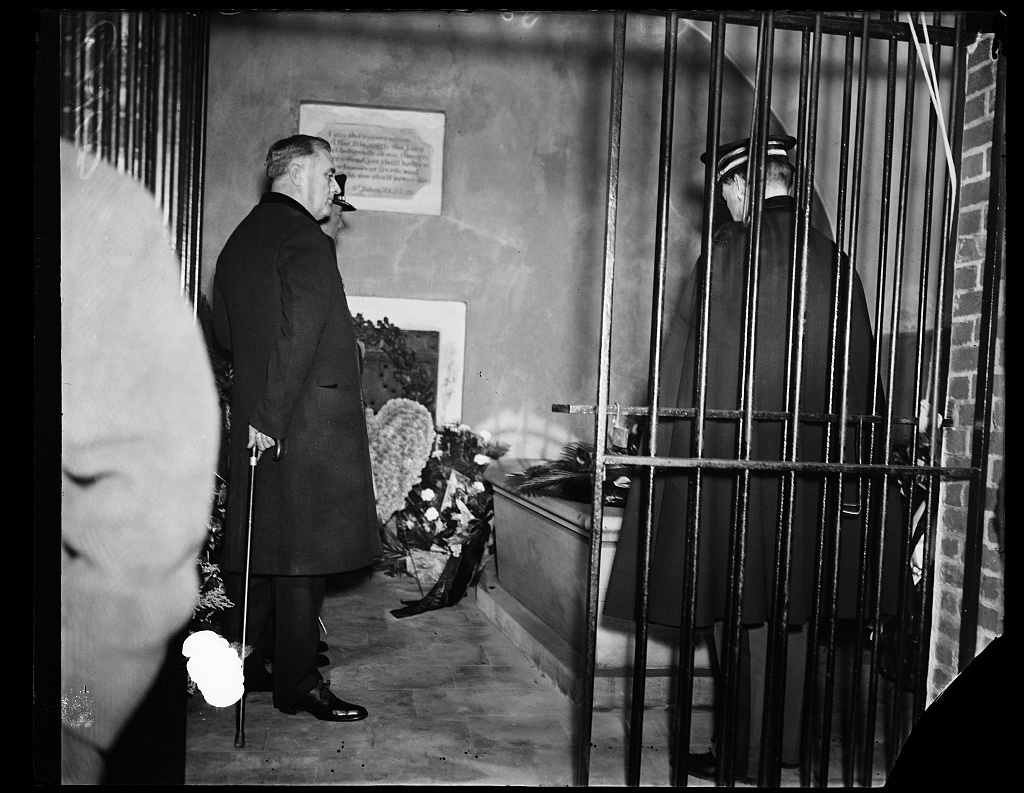 ROOSEVELT AT WASHINGTON'S TOMB. PRESIDENT FRANKLIN D. ROOSEVELT TODAY ARRANGED ONE SIMPLE CEREMONY AS HIS PART IN COMMEMORATING THE 203RD ANNIVERSARY OF GEORGE WASHINGTON'S. THE PRESIDENT LOOKS ON WHILE COL. EDWIN WATSON, AIDE TO THE PRESIDENT, PLACES WREATH ON FIRST PRESIDENT'S TOMB