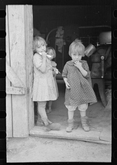 Children of Earl Pauley in doorway, near Smithland, Iowa