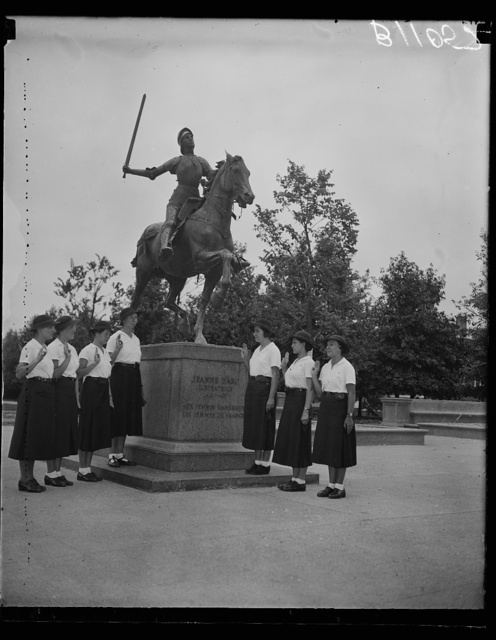 [Group os women at Jeanne d'Arc statue]