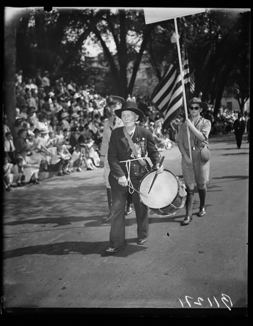 Hit of G.A.R. Parade, Washington, D.C. Sept. 23. Beating a steady a rata tat tat as he did in '65, R.D. Parker, Chicago, took the cheers of the crowd in stride as he again marched up famous Pennsylvania Avenue in today's G.A.R. parade