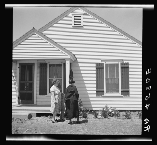 Home supervisor and farm wife discuss home problems. Fairbury Farmsteads, Nebraska