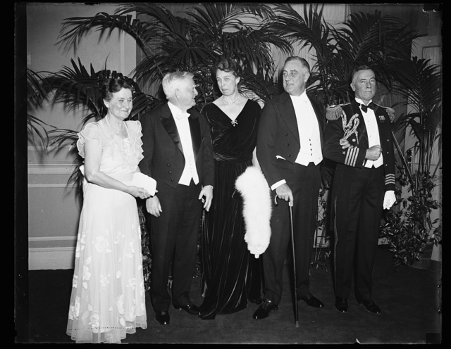 HOSTS AND GUESTS. WASHINGTON, D.C. THE VICE PRESIDENT'S DINNER FOR THE PRESIDENT OF THE UNITED STATES WAS ONE OF THE BRILLIANT AFFAIRS OF THE SOCIAL SEASON. FROM THE LEFT: MRS. JOHN NANCE GARNER, VICE PRESIDENT GARNER, MRS. FRANKLIN D. ROOSEVELT, AND PRESIDENT ROOSEVELT