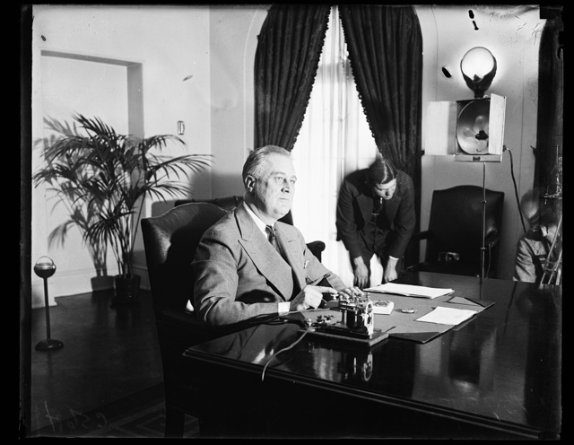 PRESIDENT OPENS NORRIS DAM. WASHINGTON, D.C. PRESIDENT ROOSEVELT PRESSES THE GOLD KEY IN THE WHITE HOUSE WHICH GAVE THE SIGNAL IN NORRIS, TENNESSEE FOR THE LOWERING OF THE SLUICE GATES WHICH PLACED THE NORRIS DAM IN OPERATION