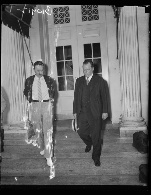Republican Mayor of Philadelphia tells Chief Executive desire to cooperate, Washington, D.C. Aug.12. Republican Mayor S. Davis Wilson, of Philadelphia, talking to newspapermen at the White House today following a conference with Pr
