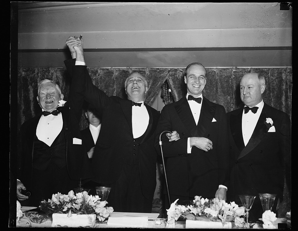 BIG SHOTS, WASHINGTON, D.C. FEBRUARY 15. JIM FARLEY'S TESTIMONIAL DINNER HELD TONIGHT AT THE MAYFLOWER BROUGHT THE 'TOPS' OF WASHINGTON'S GOVERNMENT LEADERS. L TO R: VICE PRESIDENT JACK GARNER, PRESIDENT ROOSEVELT, JAMES ROOSEVELT, AND JIM FARLEY