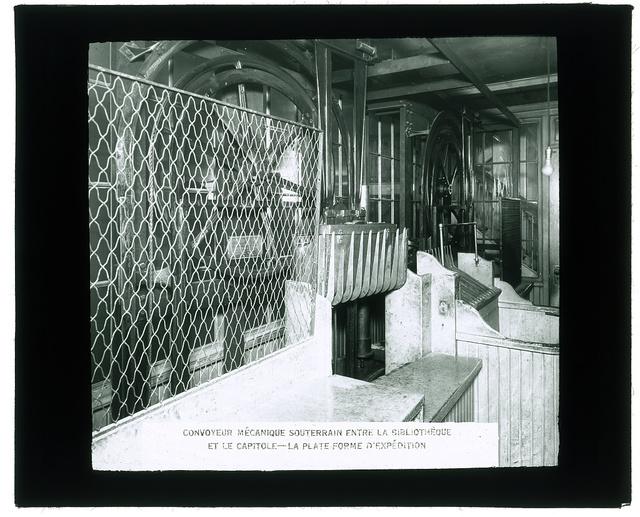 Convoyeur mécanique souterrain entre la bibliothèque et la capitole; la plate forme d'expédition