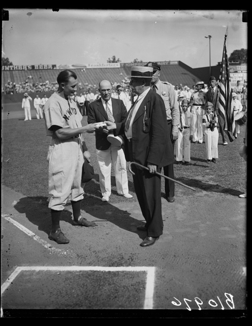 Yankee outfielder gets remembrance from Laurel, MD, fans. Washington, D.C., Aug. 18. Jake Powell, New York Yankee outfielder, was presented with a wallet today as a token of esteem from fans of Laurel, MD, where he played as a semipro. Brig. Gen E.E. Hatch, U.S.A. retired, now mayor of Laurel, is shown making the presentation