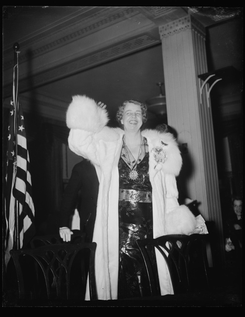 A GREETING FROM THE FIRST LADY. WASHINGTON, D.C. JANUARY 29. MRS. ROOSEVELT WAVES A GREETING TO THE THRONG OF MERRYMAKERS CELEBRATING THE PRESIDENT'S 56TH BIRTHDAY AT THE WARDMAN PARK HOTEL
