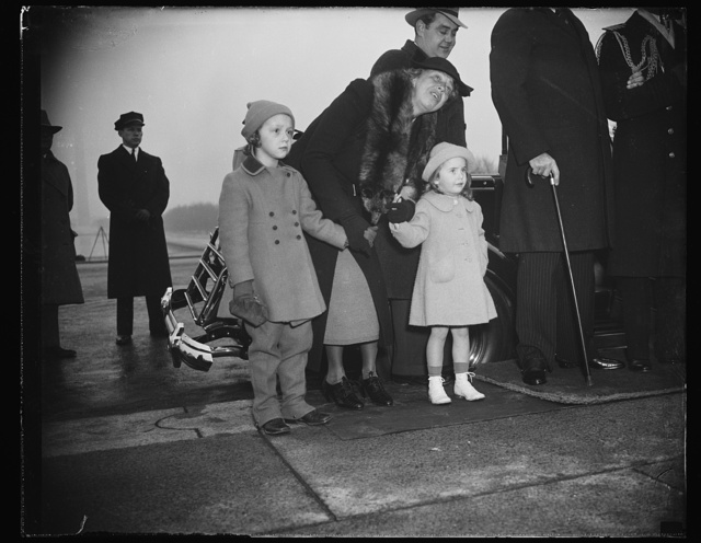 ATTEND SERVICES AT LINCOLN MEMORIAL. WASHINGTON, D.C. FEBRUARY 12. MRS. ROOSEVELT, WIFE OF THE PRESIDENT EXPLAINS THE LINCOLN MEMORIAL TO LITTLE DIANE HOPKINS, LEFT, DAUGHTER OF THE WPA ADMINISTRATOR, AND CHANDLER ROOSEVELT, DAUGHTER OF ELLIIOTT ROOSEVELT, WHILE ATTENDING THE CEREMONIES TODAY ON LINCOLN'S BIRTHDAY