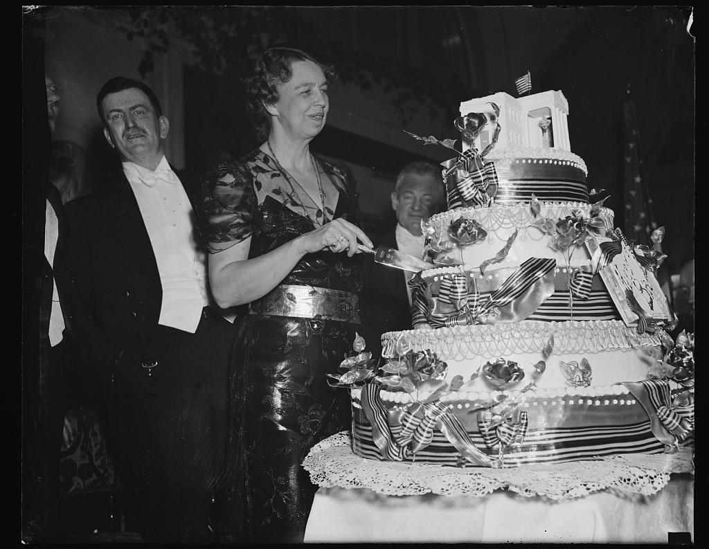 FIRST LADY CUTS PRESIDENTS BIRTHDAY CAKE WASHINGTON DC JANUARY