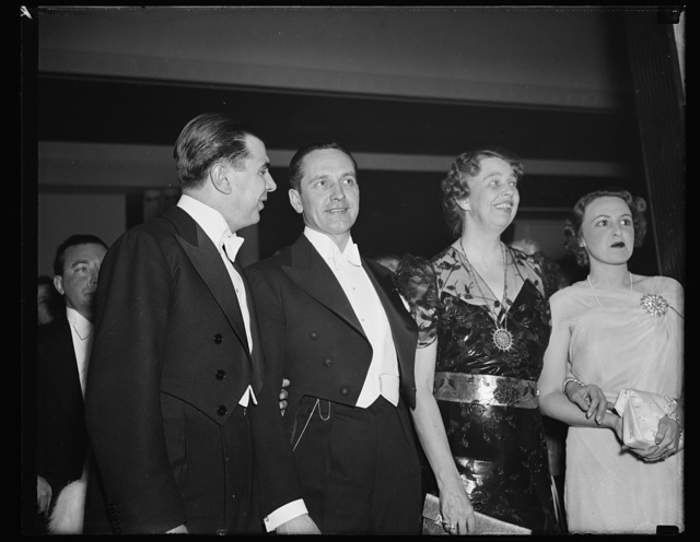 FIRST LADY MINGLES WITH SCREEN STARS. WASHINGTON, D.C. MRS. ROOSEVELT MADE THE ROUNDS OF THE NUMEROUS PRESIDENT'S BIRTHDAY BALLS TONIGHT IN THE COMPANY OF THE SCREEN STARS WHO CAME FROM HOLLYWOOD ESPECIALLY FOR THE OCCASION. HERE WE SEE, L TO R: KEN MURRAY, FREDERICK MARCH, MRS. ROOSEVELT, AND MRS. FREDERICK MARCH