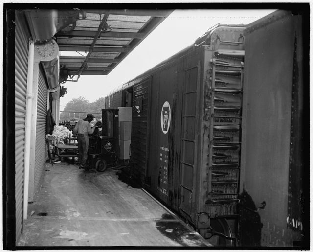 Unloading freight cars at Treasury Procur[...] D[...] 7th D St., S.W.