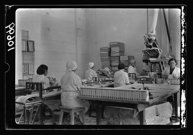 """Jewish factories in Palestine on Plain of Sharon & along the coast to Haifa. Haifa. """"Shemen"""" oil works. Powdered soap being packed"""