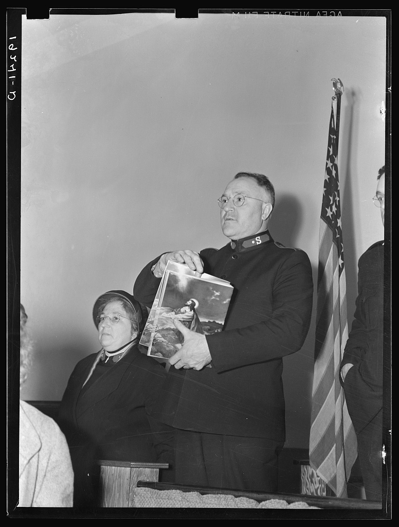 """Meeting closes with adjutant Nock selling Easter edition of the """"War Cry."""" Salvation army, San Francisco, California"""
