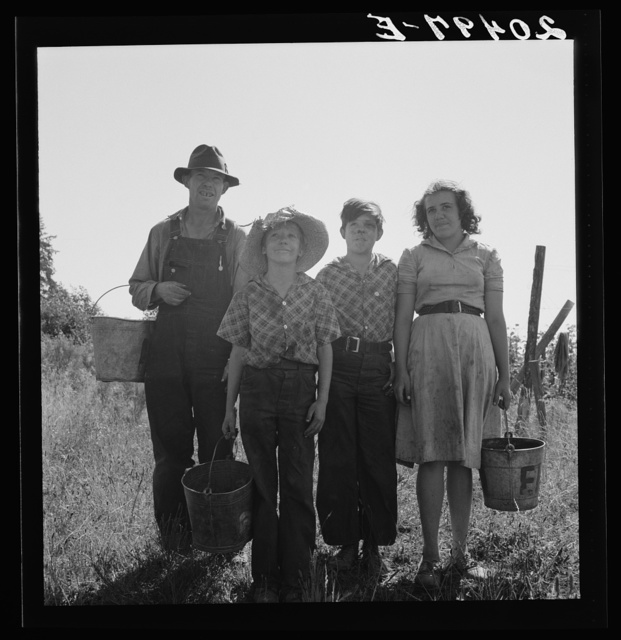 Oregon, Marion county, near West Stayton. Father and children came from Albany, Oregon, for a season's work in the beans