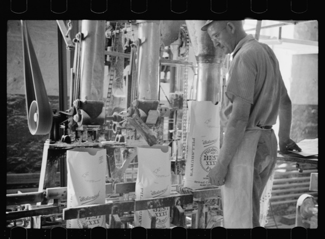 Packing flour at Pillsbury mill, Minneapolis, Minnesota