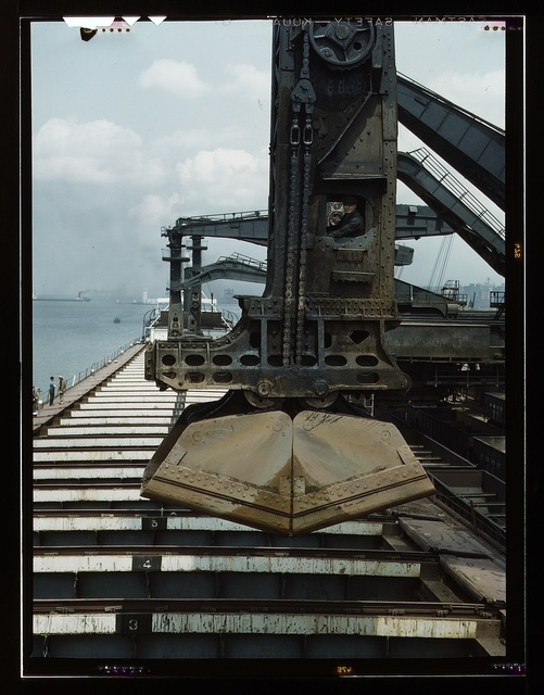 """Pennsylvania R.R. ore docks, unloading iron ore from a lake freighter by means of """"Hulett"""" unloader, Cleveland, Ohio"""