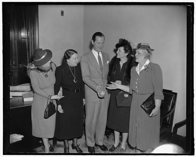 Screen star thrills senate ladies. Washington, D.C., April 4. Robert Montgomery, screen star, unexpectedly dropped into the Senate Ladies luncheon at the Capitol today where he was given a royal welcome by the congressional wives. The picture might indicate it was a publicity stunt for Florida as Mrs. Claude Pepper and Mrs. Charles O. Andrews, right wives of the democratic senators from Florida, proffer the star a grapefruit from the Sunshine State. On the left are, Mrs. William E. Borah and Senator Hattie W. Caraway of Arkansas. 4-4-39