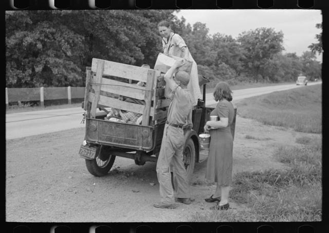 Unloading migrant truck along roadside near Henrietta [i.e., Henryetta,] Oklahoma