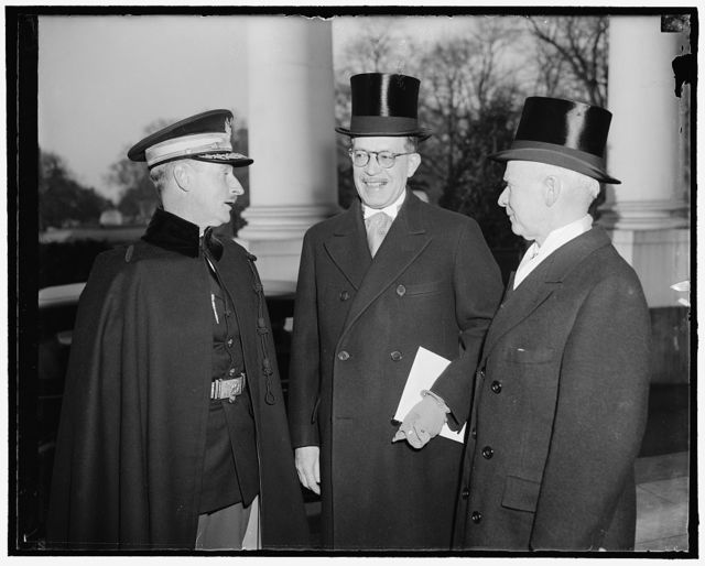 Venezuelan envoy presents credentials. Washington, D.C., March 22. The new Venezuelan Minister, Diogenes Escalante, today presented his credentials to President Roosevelt at the White House. He is pictured with George Summerlin, Chief of the Protocol Division, State Department. 3-22-39 Maj. [...] Smith, White House Military Aide, right.