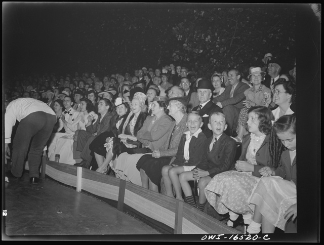 Detroit, Michigan. A Venetian night party at the Detroit yacht club, whose members represent the wealthier class of manufacturers and their friends. Crowd watching an outdoor circus