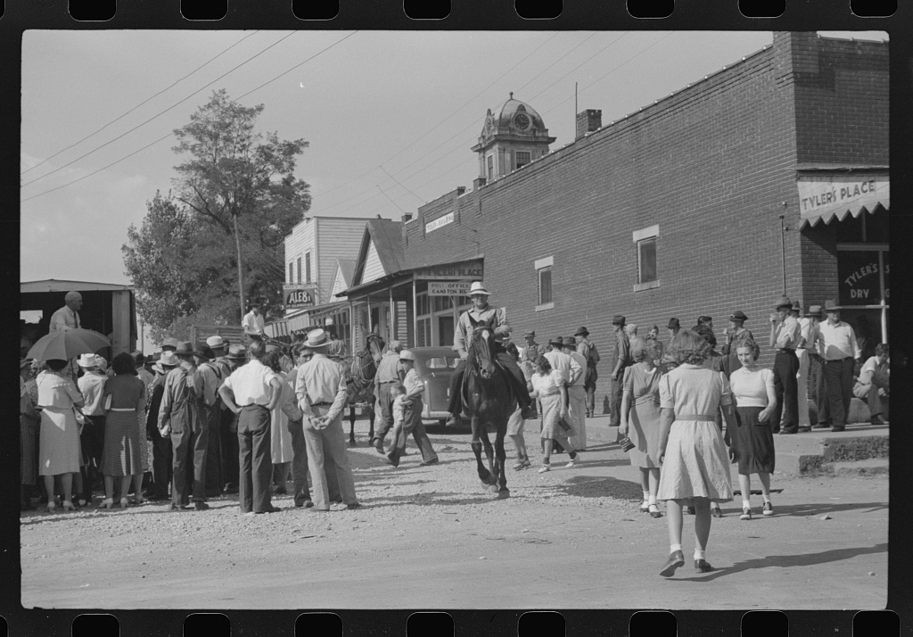 Farmers and townspeople in center of town on court day, Campton, Kentucky