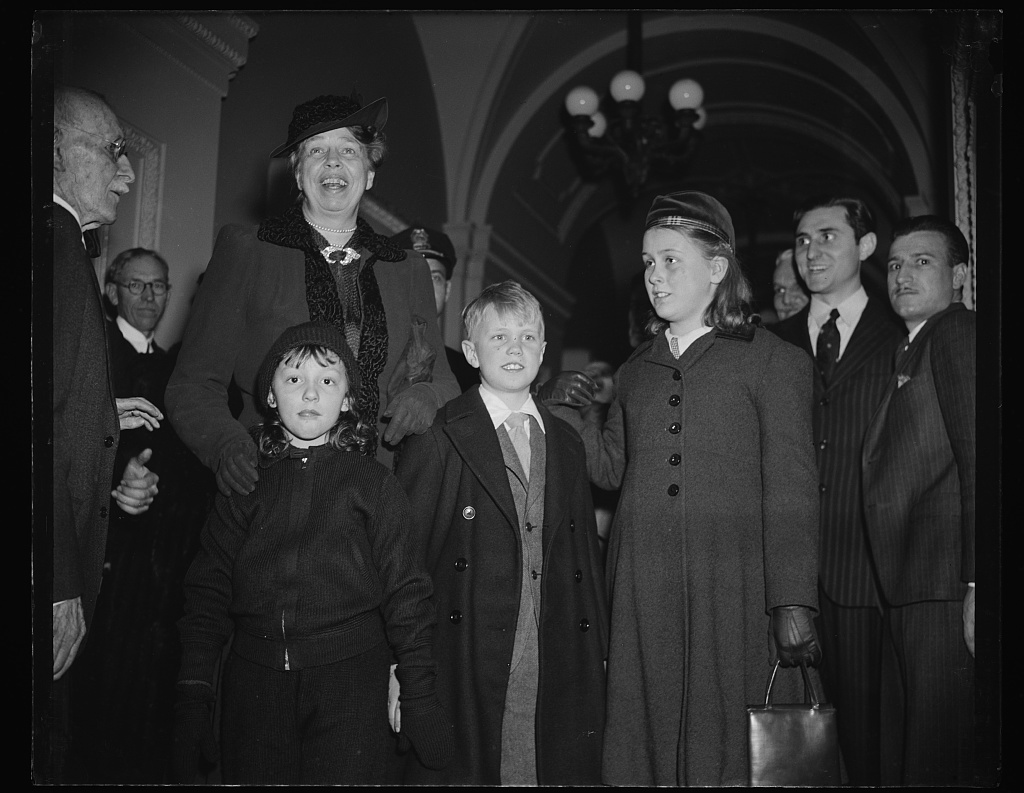 FIRST LADY ARRIVES AT CAPITOL WITH GRANDCHILDREN AND DIANA HOPKINS TO HEAR PRESIDENT ADDRESS CONGRESS. WASHINGTON, D.C. JANUARY 3. MRS. ROOSEVELT WITH HER GRANDCHILDREN, 'BUZZIE' AND 'SISTIE' DALL, AND DIANA HOPKINS, DAUGHTER OF THE SECRETARY OF COMMERCE HARRY HOPKINS, ARRIVING AT THE CAPITOL TODAY TO HEAR PRESIDENT ROOSEVELT ADDRESS A JOINT SESSION OF CONGRESS