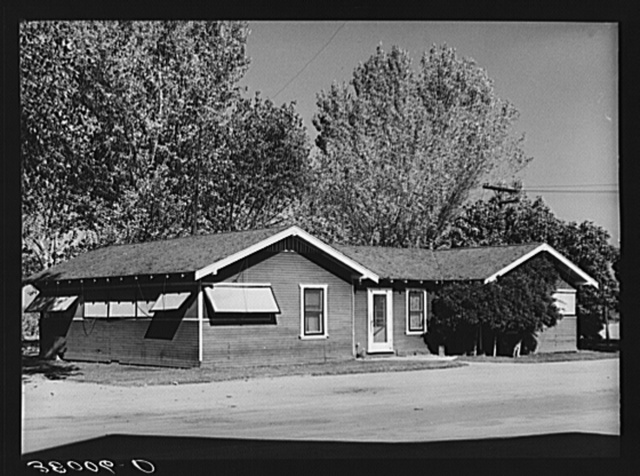 Quarters for foremen. Earl Fruit Company ranch. Kern County, California