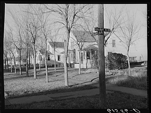 Residential section, Aberdeen, South Dakota. This is one of the few Dakota towns with plenty of trees. They were brought here when the town was first settled by Easterners